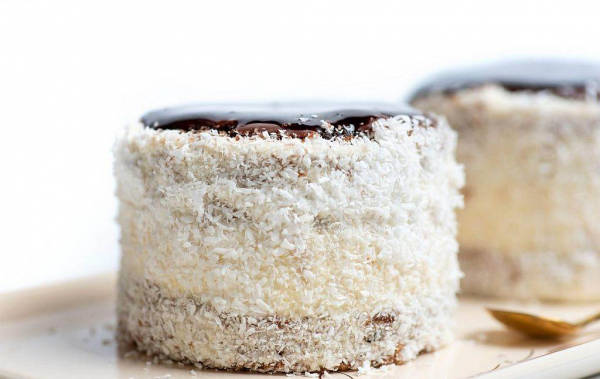 POSNE RUSKE KAPE: Sitni dekorativni kolači sa šubaricom od kokosa i čokolade