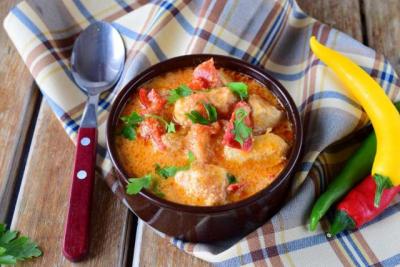 Recept za vikend ručak: Pileći paprikaš sa pavlakom u sočnom saftu